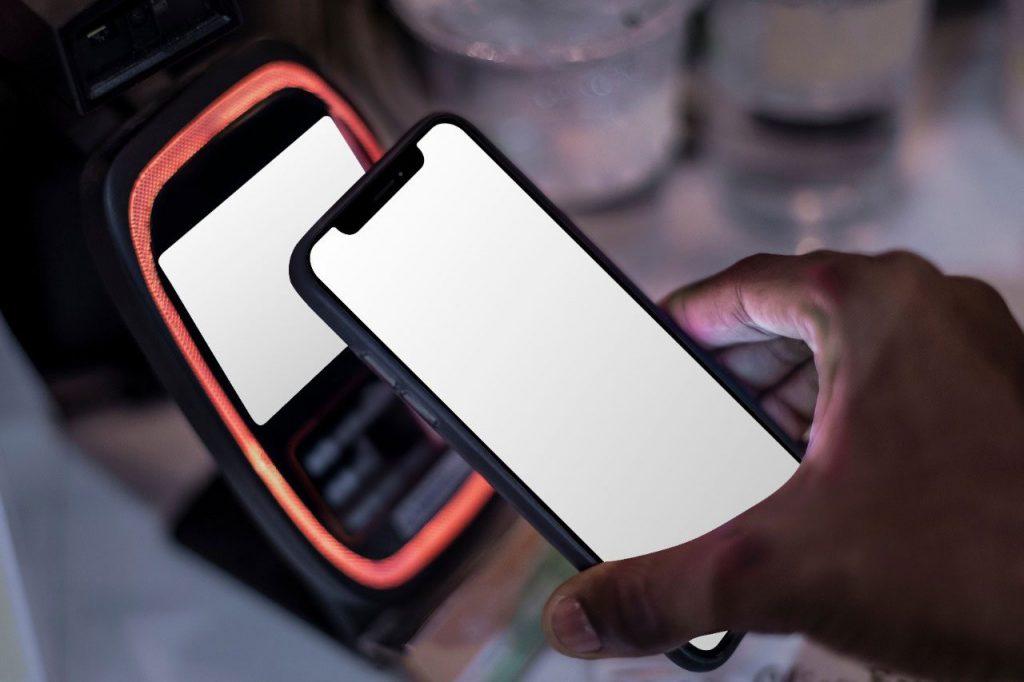 Celular lendo QR Code com a câmera.