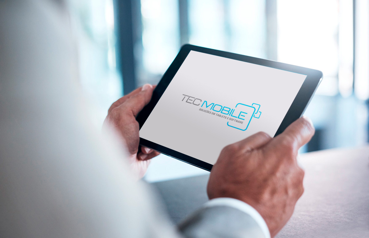 homem buscando informações no tablet alugado com a Tec Mobile