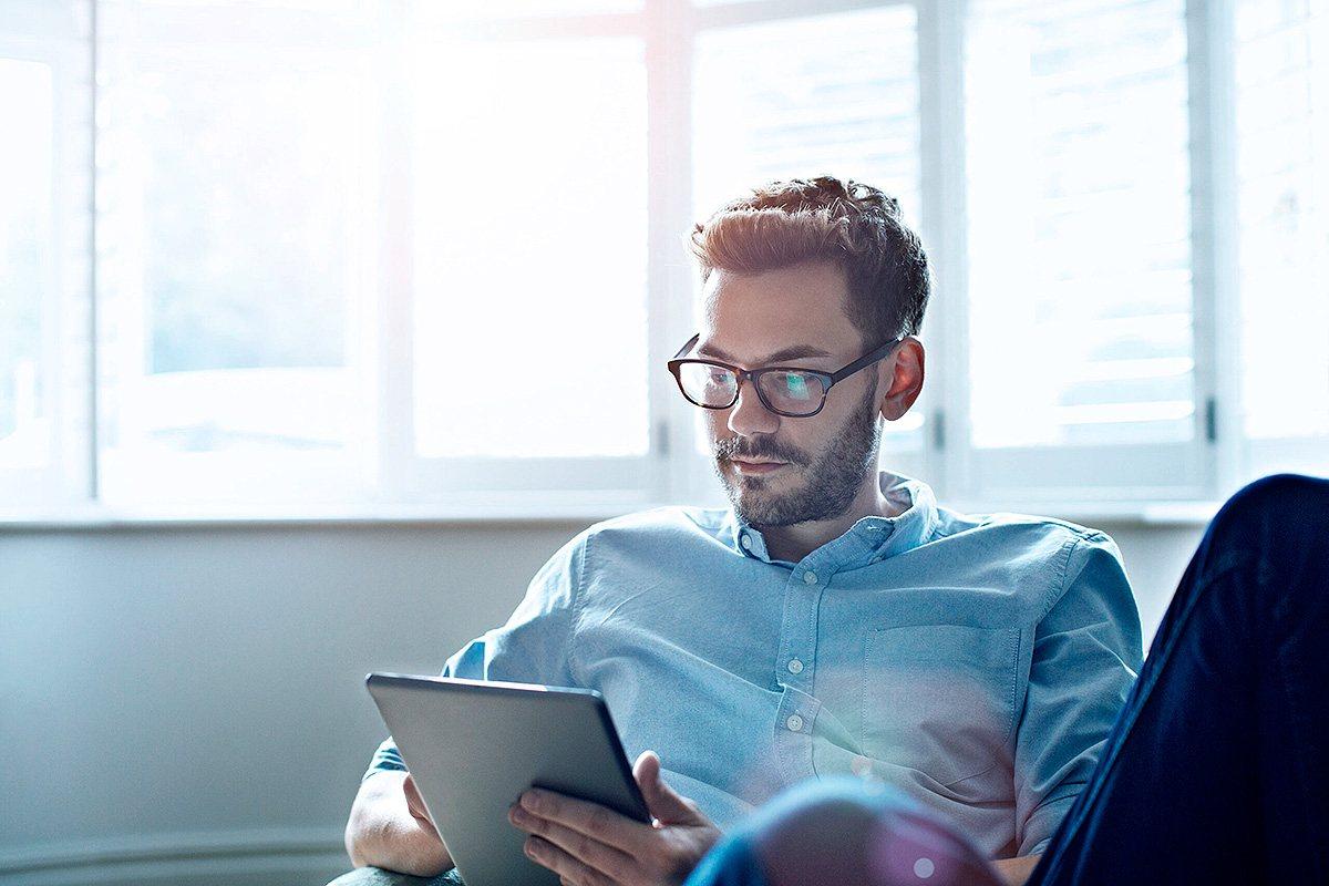 Funcionário de uma empresa utilizando um tablet no escritório.